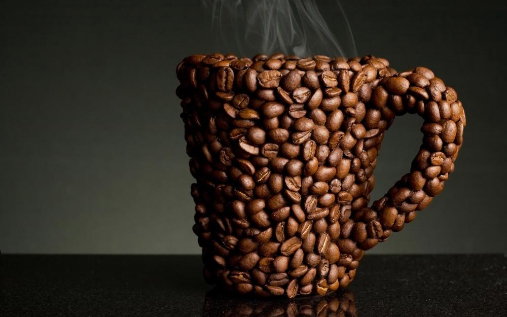 Tazza fatta con chicchi di caffè
